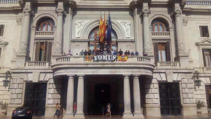 Los Yomus se han fotografiado con su pancarta en el balcón del Ayuntamiento de Valencia