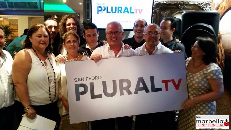 Presentación de San Pedro Plural TV en septiembre de 2015 en la que aparece el teniente de alcalde de San Pedro Alcántara, Rafael Piña (centro). Detrás, en tercer fila su hijo, Antonio Piña (segundo por la izqda) junto a sus socios en la sociedad cooperativa creada