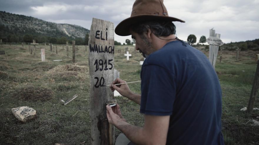 Sergio García, uno de los voluntarios que aparece en el documental pintando la tumba de Eli Wallach en Sad Hill