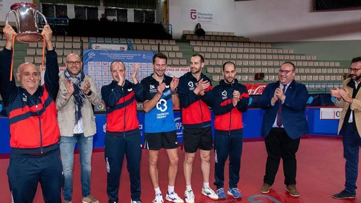 Integrantes del Cajasur Priego, con la Copa del Rey de 2020