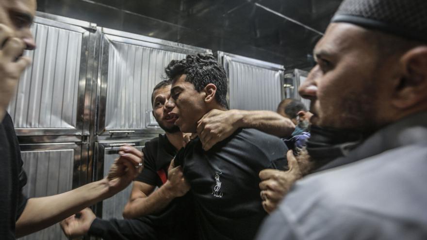 Palestinos lloran la muerte de sus familiares tras el ataque israelí a la franja de Gaza