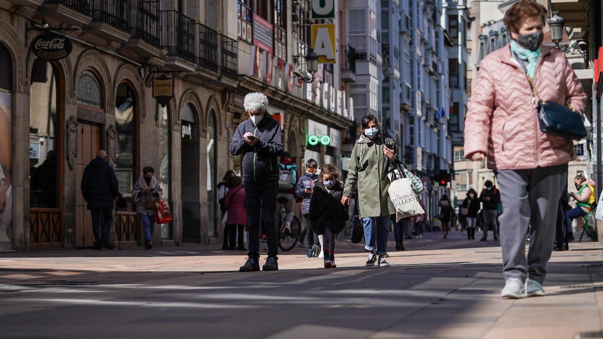 Varias personas caminan por una calle céntrica de Vitoria