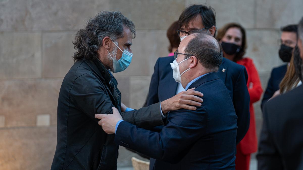 Jordi Cuixart saluda al ministro Miquel Iceta en la toma de posesión de Pere Aragonès.