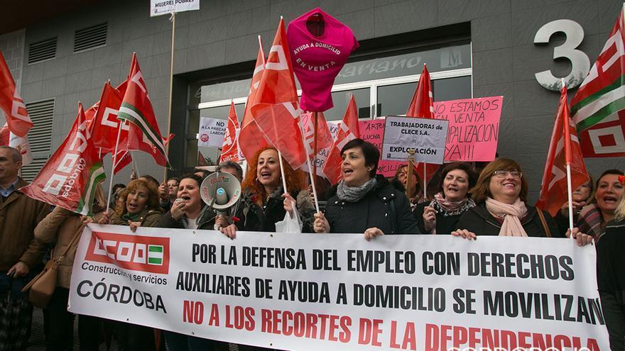 Imagen de archivo de una protesta de las trabajadoras de CLECE de ayuda a domicilio   MADERO CUBERO