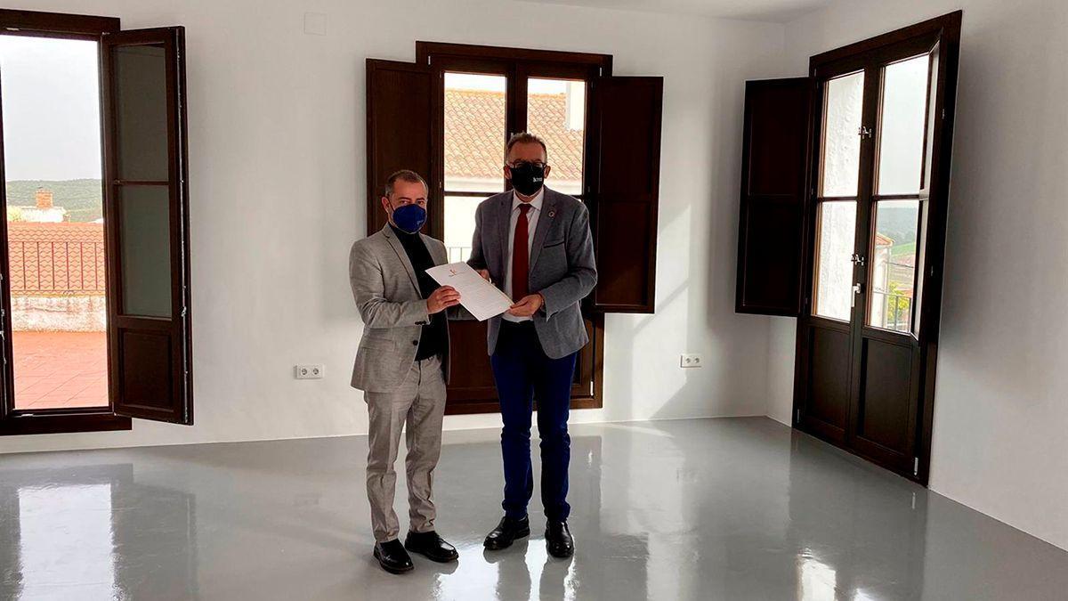 El delegado de Cohesión Territorial de la Diputación, Juan Díaz (dcha.), y el alcalde de Guadalcázar, Francisco Estepa, en el nuevo 'Espacio para la Creatividad'.