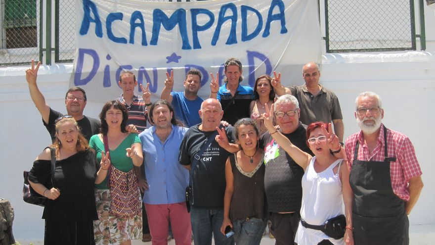 Miembros de la Acampada Dignidad celebran como una victoria la suspensión del desalojo del colegio Rey Heredia en Córdoba.