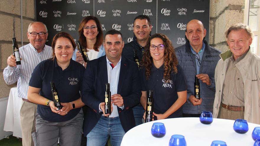 Foto de familia en Cumbres de Abona, con el aceite ganador del certamen regional de 2019