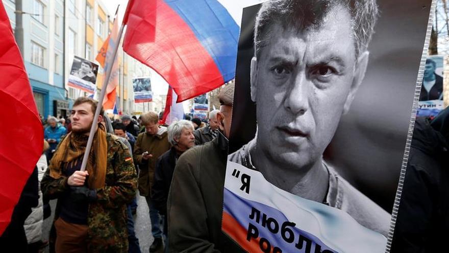 Miles de personas marchan por Moscú en el aniversario del asesinato de Nemtsov
