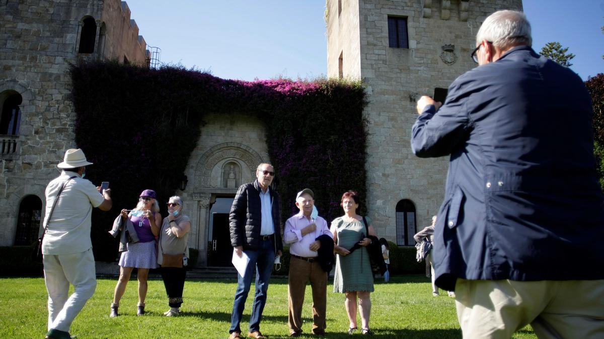 Varias personas se fotografían en los jardines de las Torres de Meirás.