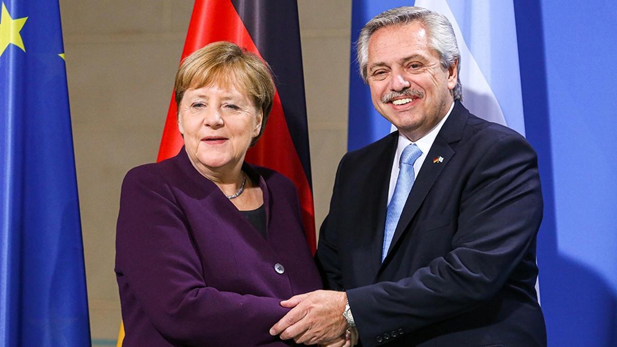 Fernández con Merkel. Ayer el encuentro fue por Zoom a la espera de una prórroga del Club de París.