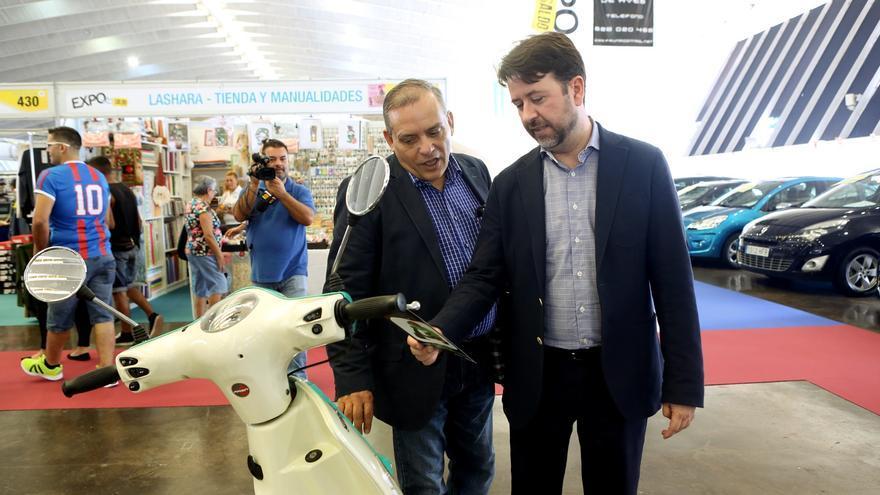 Carlos Alonso (d) y Efraín Medina en la inauguración de Exposaldo