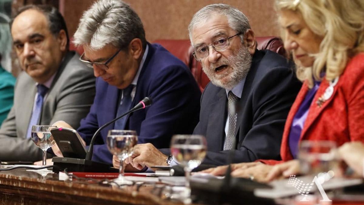 El presidente de la Asamblea Regional, Alberto Castillo, y el resto de los integrantes de la Mesa