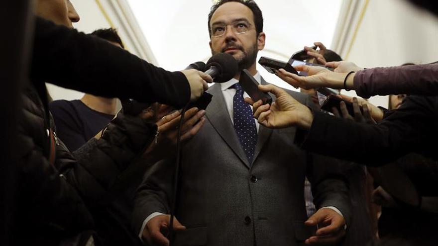 """El PSOE a Podemos: """"En la vida y en la política hay que saber comportarse"""""""