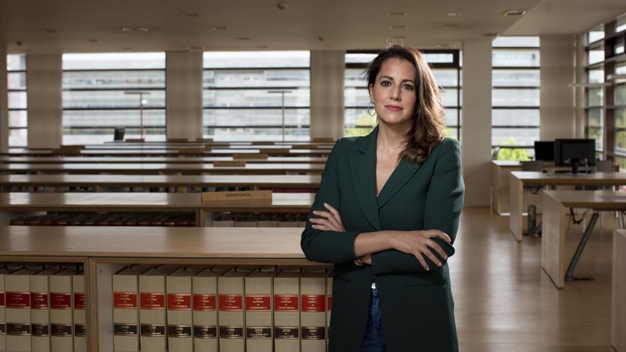 María Montero en la biblioteca de las Cortes de Castilla y León, donde han situado su mesa de trabajo.