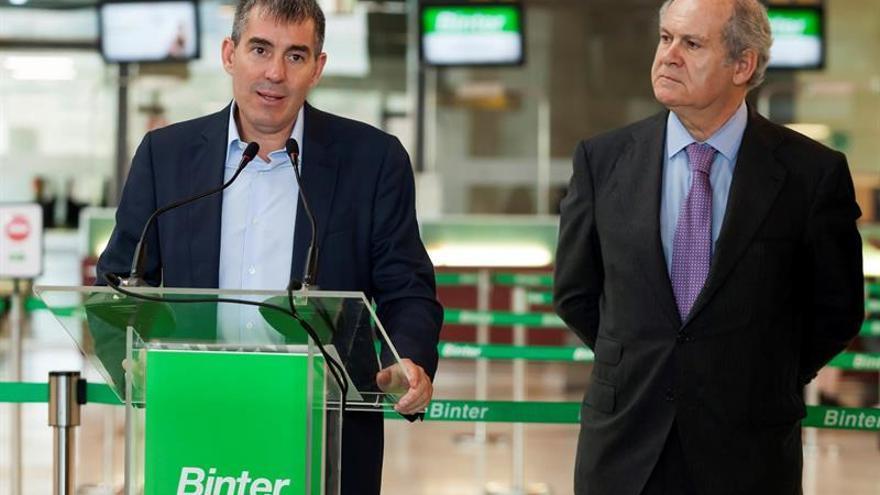 El presidente del Gobierno de Canarias, Fernando Clavijo (i) y el presidente de la línea aérea Binter, Pedro Agustín del Castillo (d).