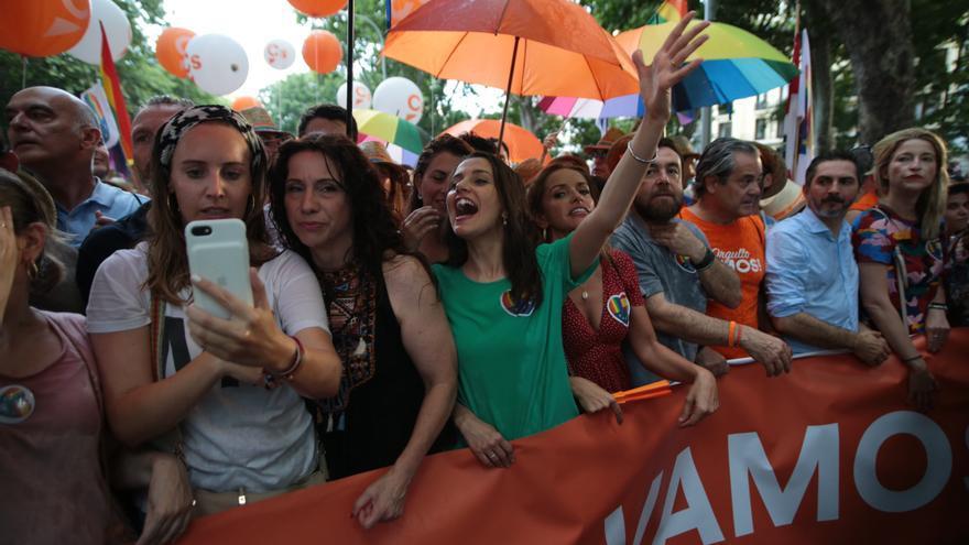 Inés Arrimadas en la cabecera del grupo de manifestantes de Ciudadanos que asistió al Orgullo el 6 de julio.