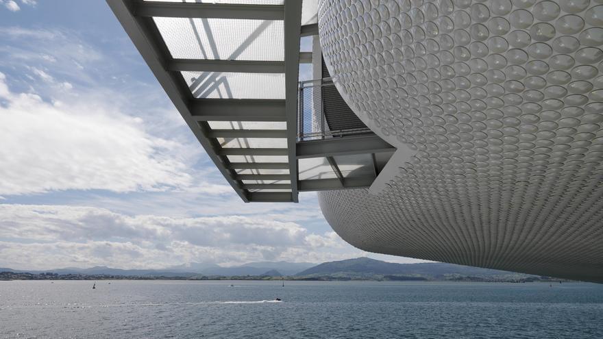 Emilio Botín, promotor del proyecto, quiso que el Centro sobrevolara el mar y reflejara la luz de la bahía. | Enrico Cano