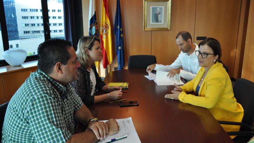 La presidenta de la Asociación de Agricultores y Ganaderos de Canarias (Asaga), Ángela Delgado, en un encuentro con la consejera de Agricultura, Ganadería y Pesca del Gobierno de Canarias, Alicia Vanoostende,