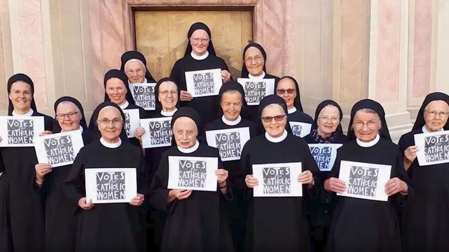 Las mujeres se plantan el el sínodo