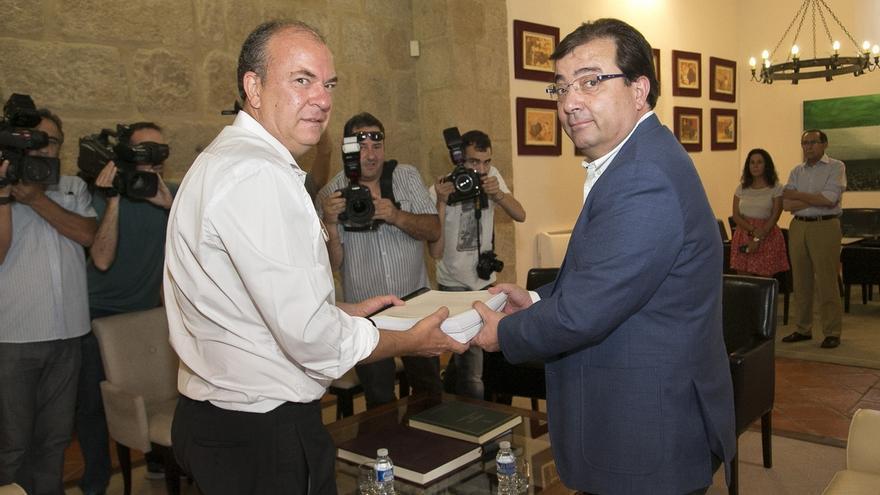 Monago entrega a Vara el informe de transición entre gobiernos