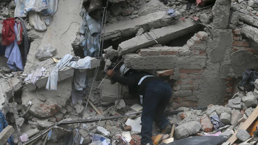 Un trabajador de la construcción busca supervivientes en un edificio colapsado en Ciudad de México después del terremoto.