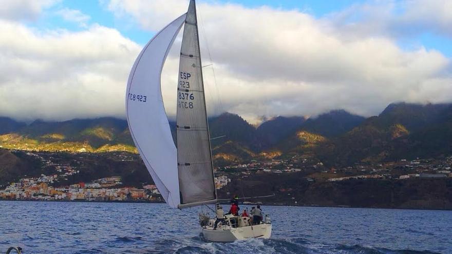 En la imagen, la embarcación Macaco, este viernes, llegando a Santa Cruz de La Palma tras la recorrido largo de la Regata Lustral que se inició el jueves en Tenerife. Foto: REAL CLUB NÁUTICO DE SANTA CRUZ DE LA PALMA.