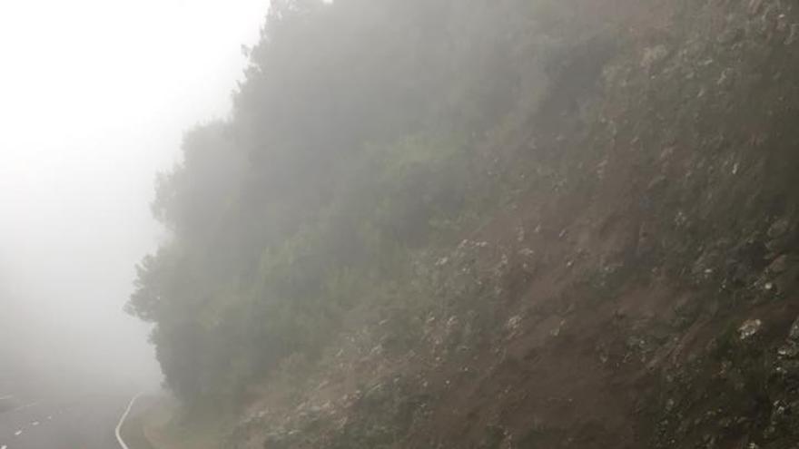 El derrumbe se ha producido en la carretera de la Cumbre, la LP-3, a la altura del kilómetro 12,4.
