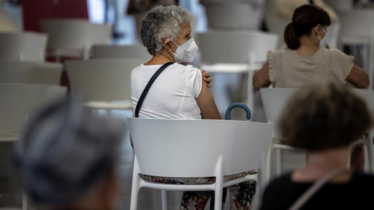 Una persona de entre 66 y 69 años tras recibir la segunda dosis de la vacuna contra la covid-19 de Pfizer, esta mañana en el centro de vacunación masiva instalado en la Ciudad de las Artes y las Ciencias de Valencia.