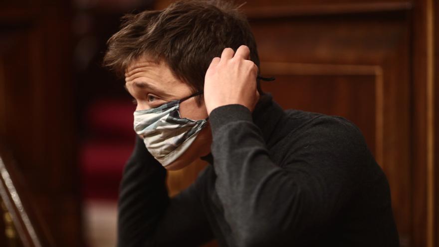 El diputado de Más País en el Congreso, Íñigo Errejón, se pone la mascarilla tras intervenir durante una sesión plenaria en la Cámara Baja, en Madrid (España), a 1 de diciembre de 2020.