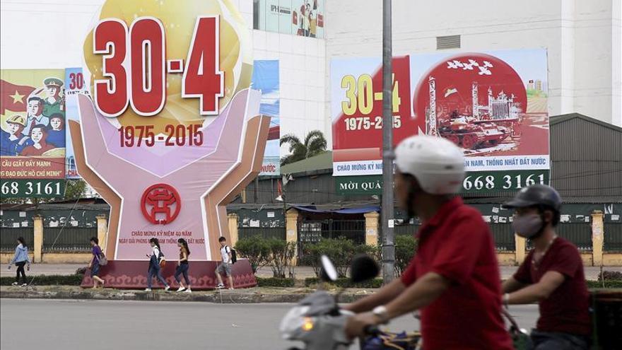 Carteles conmemorativos del 40º aniversario del fin de la guerra en Hanoi.
