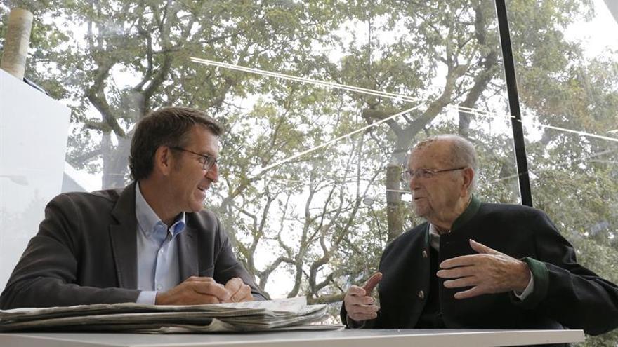 """Feijóo escucha los consejos de Albor, que lleva a """"Galicia en el corazón"""""""