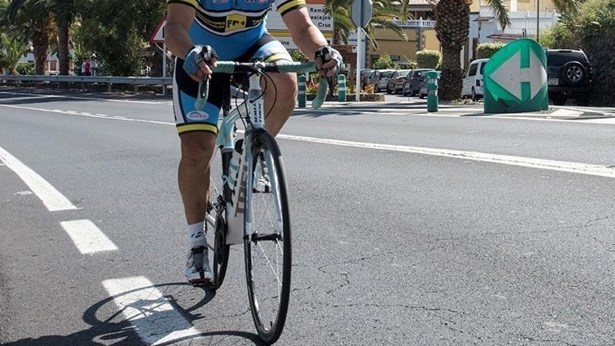 Ciclista en una carretera de la comarca de la Isla Baja
