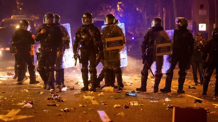 Un grupo de mossos, durante los disturbios del martes en Barcelona.