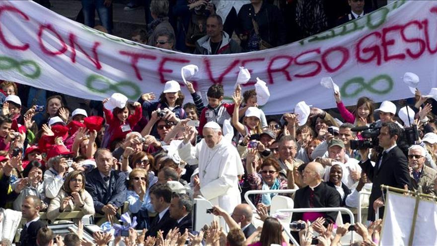 """El Papa dice que los cristianos no pueden mostrar el Evangelio """"divididos y entre envidias"""""""