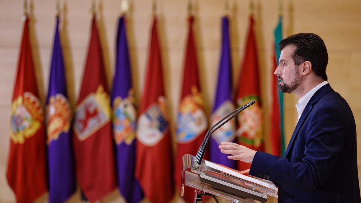 El secretario general del PSCyL, Luis Tudanca, durante la rueda de prensa de este miércoles en la que ha explicado los motivos por los que hoy han presentado una moción de censura contra el gobierno del PP y Ciudadanos en la Comunidad. EFE/ NACHO GALLEGO