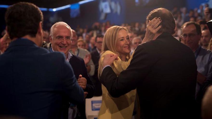Rajoy saluda a Cifuentes al inicio de la Convención del PP en Sevilla