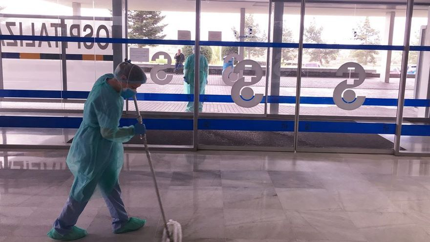 Limpiadora en un centro sanitario