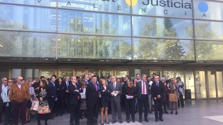 Jueces y fiscales concentrados a las puertas de la Ciudad de la Justicia de València