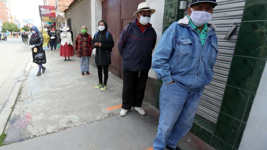 Personas hacen fila para reclamar una renta este miércoles en El Alto (Bolivia).