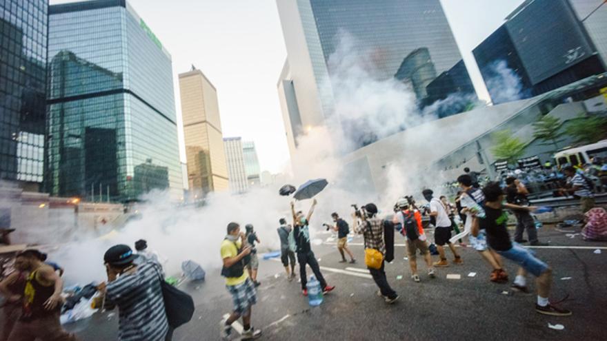 El uso innecesario de gas lacrimógeno y pulverizadores de pimienta por la policía contra una protesta esencialmente pacífica sólo hizo que salieran más personas a la calle © Leung Ching Yau Alex