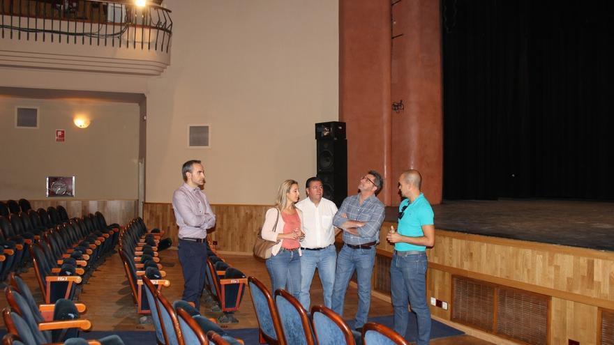 Gutiérrez Limones comprueba el resultado de las obras de remodelación del Teatro Gutiérrez de Alba