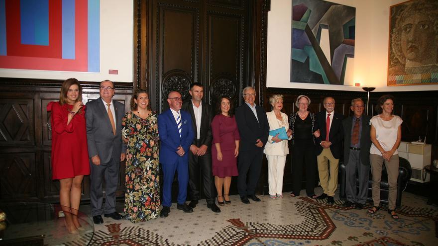 El alcalde, Joan Ribó, y la concejala de Cultura, Glòria Tello, (centro), junto a los distinguidos