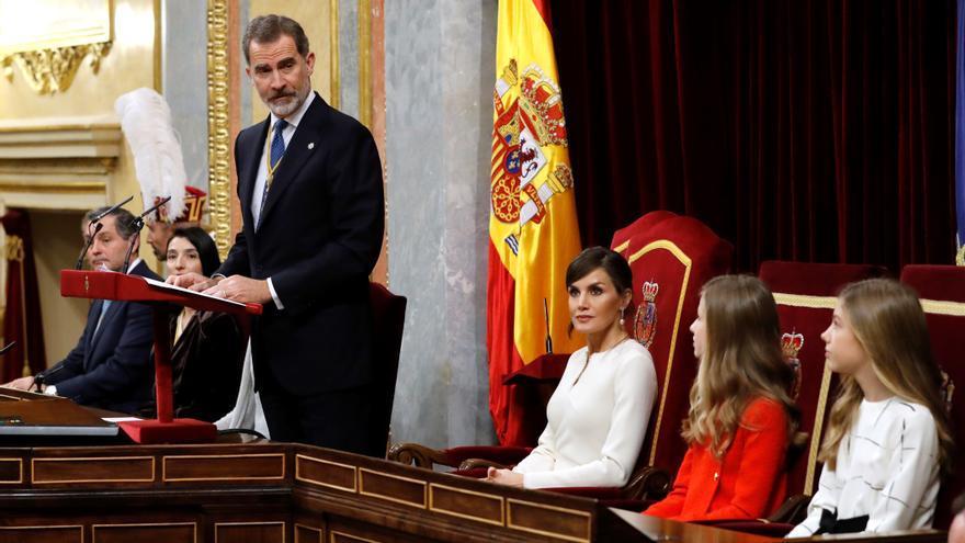 El rey Felipe VI, acompañado por la reina Letizia, la princesa Leonor y la infanta Sofía, durante el discurso.