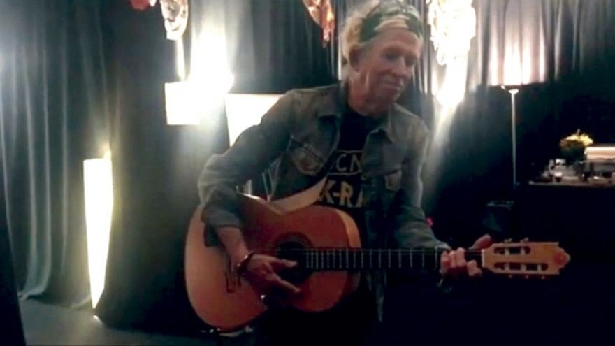 Keith Richards con una de las guitarras de Vicente Carrillo, en una imagen de Instagram