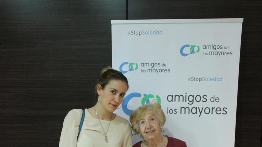 Isabel Martín Bravo tiene 96 años y vive sola. En la imagen, junto a Gloria, la voluntaria de Amigos de los Mayores que la visita cada semana.