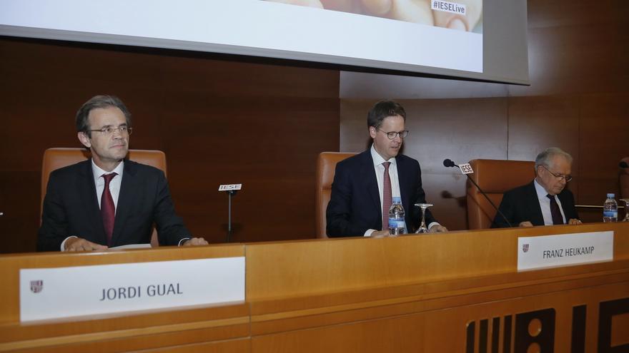 Jordi Gual, presidente de CaixaBank, Franz Heukamp, director general del IESE, y Antonio Argandoña, profesor del IES