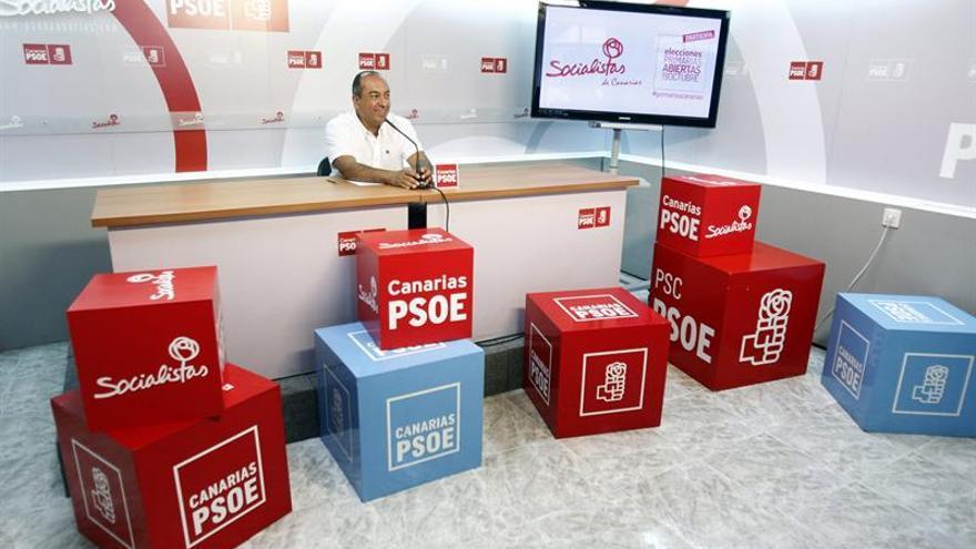 El secretario de Organización del PSC-PSOE, Julio Cruz, informa sobre cómo se están desarrollando las primarias del partido. (Efe/Cristóbal García)