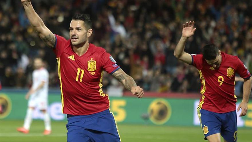El jugador de la selección española Vitolo (i) celebra tras marcar el segundo gol ante Macedonia, durante el partido correspondiente a la clasificación para el Mundial Rusia 2018 en el estadio Nuevo Los Cármenes, en Granada. EFE/Pepe Torres