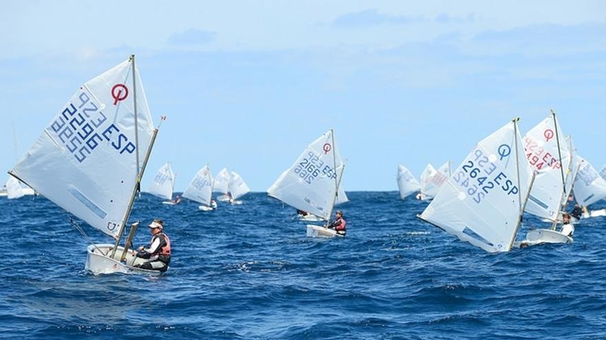 Imagen de la tercera jornada del  Campeonato de España Sub-16 de la clase optimist de vela, que reúne desde el jueves a 150 especialistas en el litoral de Las Palmas de Gran Canaria.