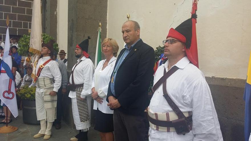 Acto con las autoridades locales de Santa Brígida, el Canarias 50, Agrupación folclórica San Antonio y representantes de la comunidad holandesa